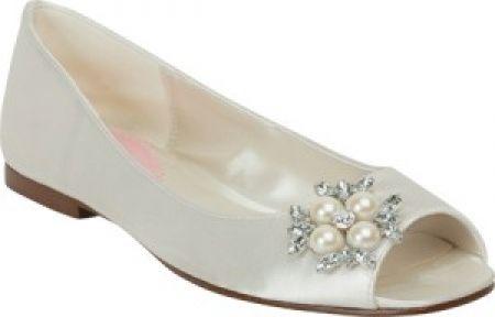 http://zapatosdefiestaonline.com/2013/12/17/fotos-de-zapatos-bajos-para-novias/