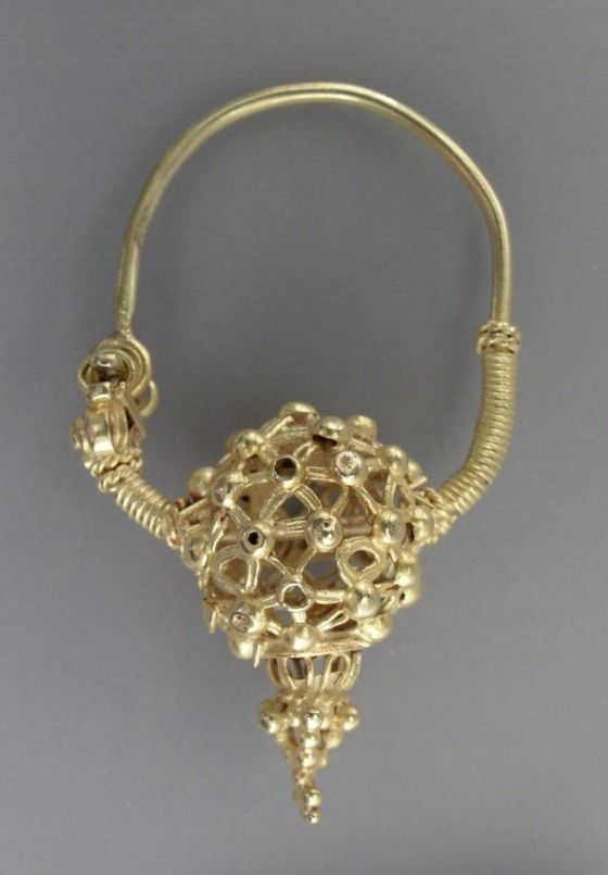 Iran | Earring; Gold, fabricated entirely from sheet, wire and granules | ca. 1st half of the 11th century