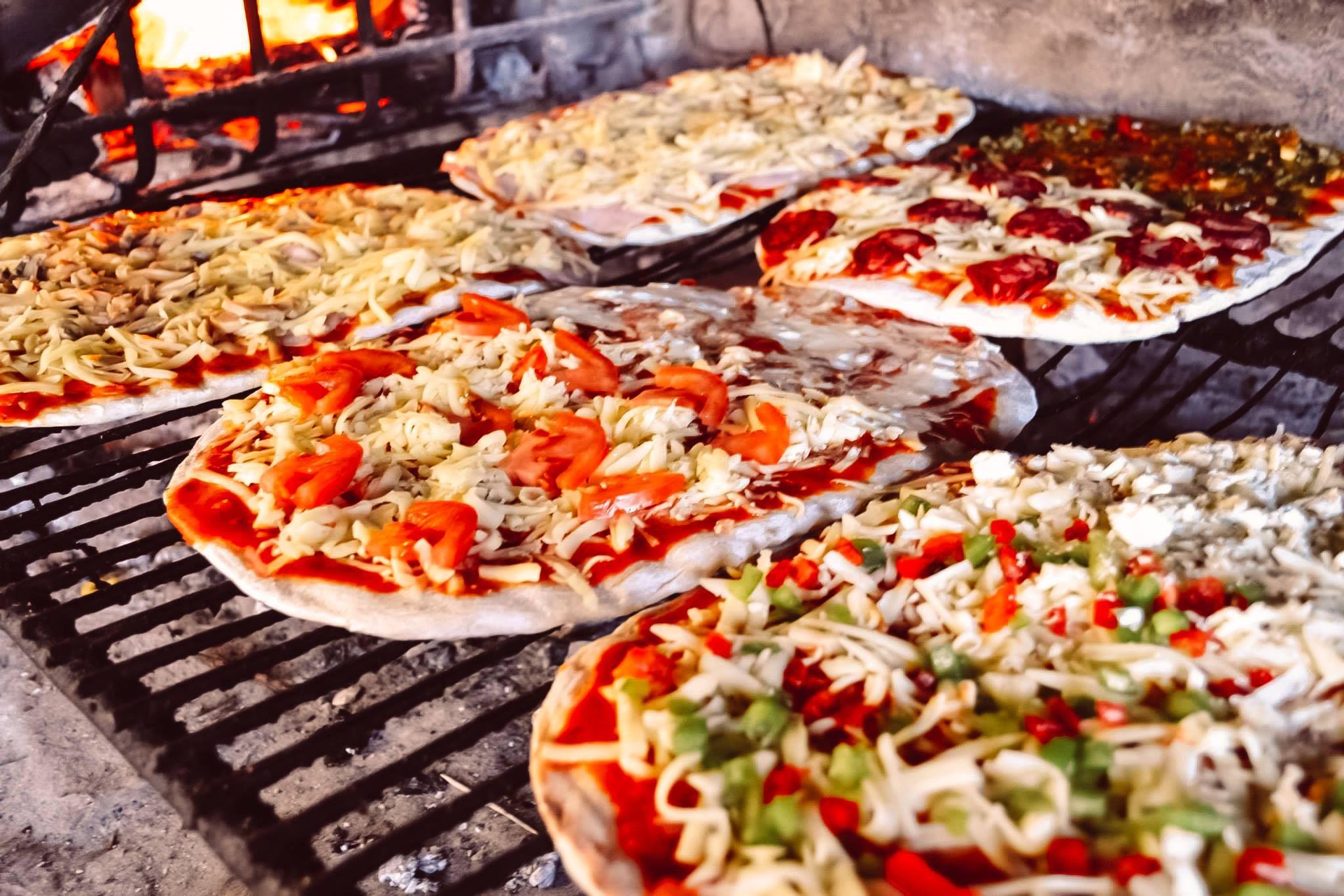 Deliciosas Pizzas Ya Haciendose A La Parrilla Montevideo Uruguay