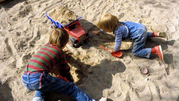 Lapsia hiekkalaatikolla leikkimässä. Kuva: Pekka Elomaa/Yle.