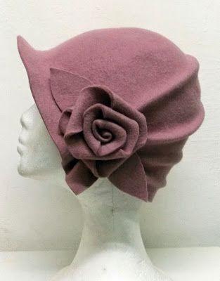 2466cff22bd4b Fieltro De Lana · Moda Estilo Años 20 · Una Mujer Con Sombrero