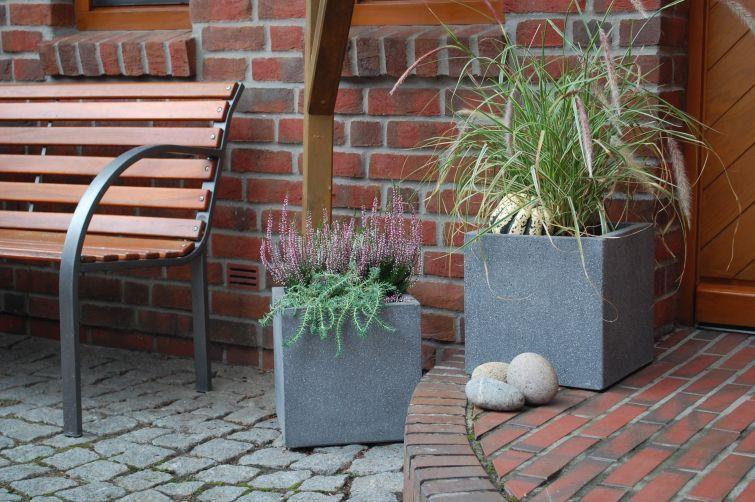 Pflanzkübel Beton quadratisch mit Gräsern und Kürbis eine tolle - herbst deko ideen fur ihr zuhause