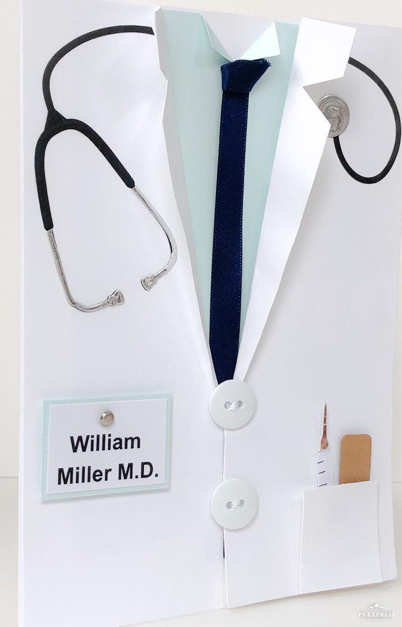 Tarjeta de graduación de la escuela médica hecha a mano