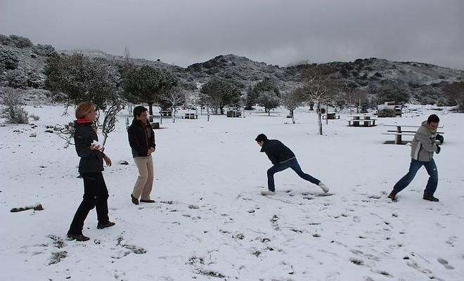 Arriba, jugando con la nieve en el área recreativa de la Sierra de las Nieves. A la izquierda, el Torcal de Antequera amaneció nevado. Junto a estas líneas, nieve en la carretera de Ronda a San Pedro.