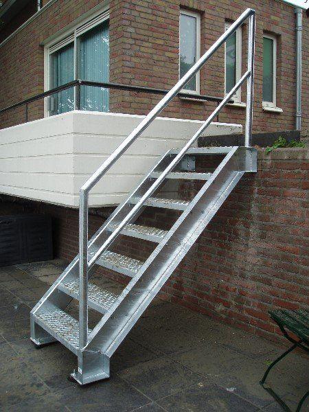 Een mooi afgewerkte trap om buiten te plaatsen trappen for Trap buiten hout