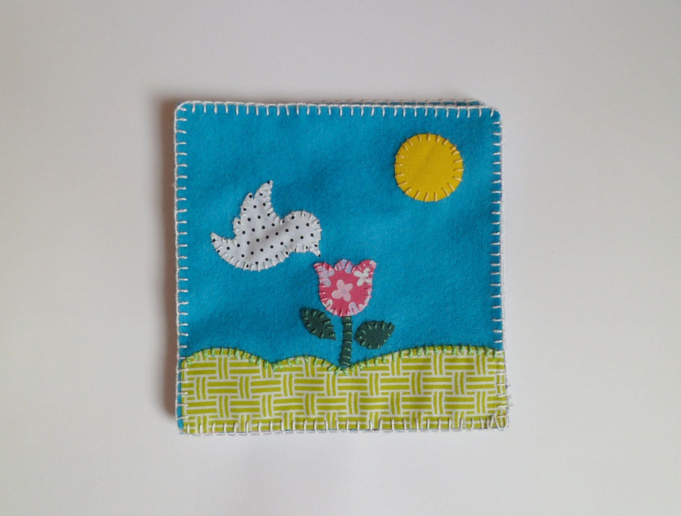 Livro infantil feito em tecido e costurado à mão.