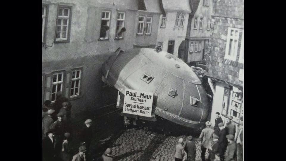 Es gab keine bis in die 50er Jahre keine Umgehungsstraße in Steinau, deshalb müssten auch Schwertransporter durch das enge Steinau. Der Braukessel blieb stecken zwischen Walkmühle (links) und Spielmann (rechts).