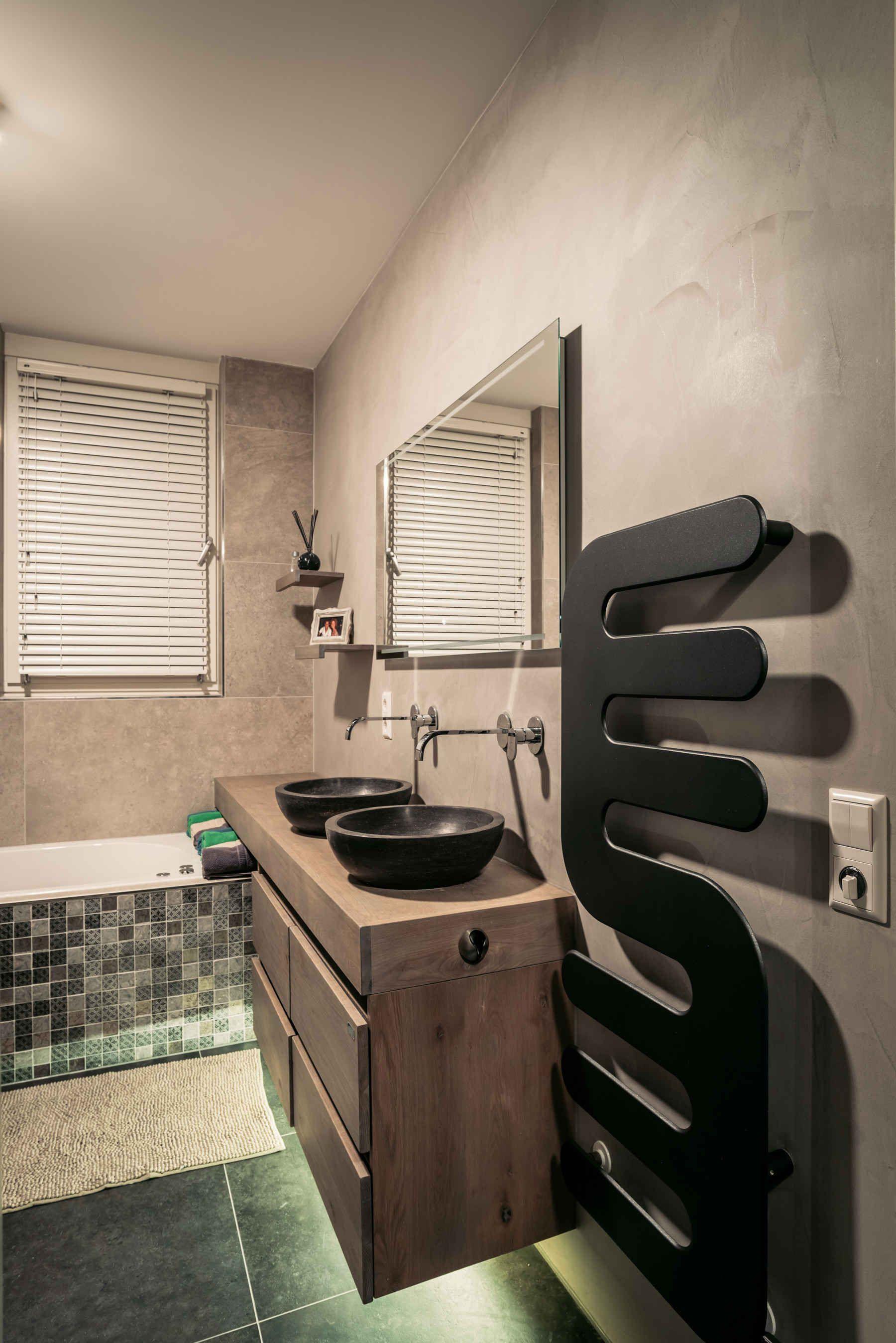 Betegelde badkamer met design verwarming / handdoekdroger, rustieke ...