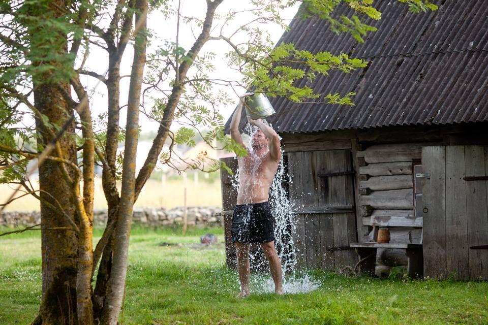Etelänaapurimme saunakulttuuri vetää vertoja omallemme, ja julkisia tai vuokrattavia saunoja on vielä paljon jäljellä eri puolilla Viroa. Kylpemismuodon voit valita muun muassa perinteisen, lautta-, kota- tai savusaunan väliltä. Missä näistä saunoisit mieluiten? Lue lisää: >> https://www.facebook.com/visitestonia.fi/photos/a.533576593334647.138485.517463134945993/995376260488009/?type=1&theater