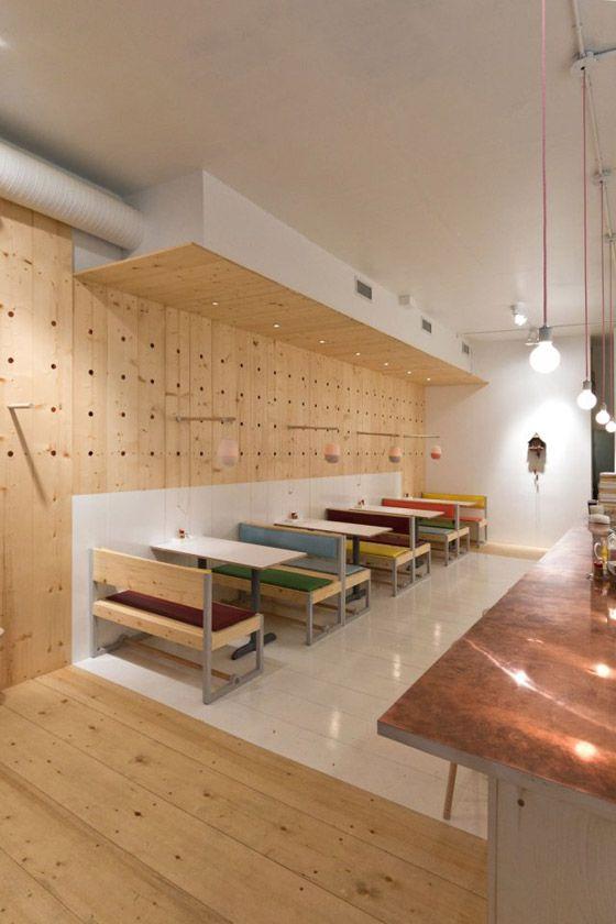 """Il pavimento diventa parete, sia nella parte bianca che in quella a """"legno vivo"""". Una soluzione d'arredamento interessante."""