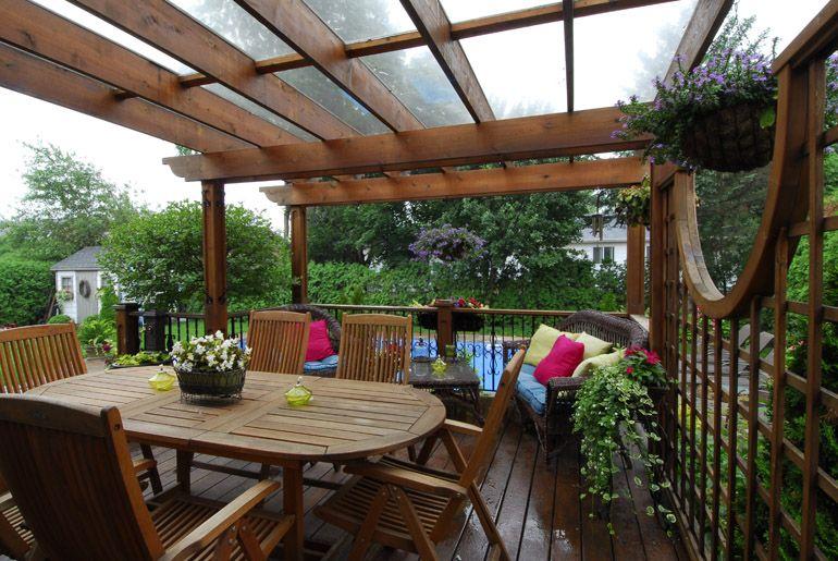 Terrasse Faite En Cedre La Pergola Est Recouverte D Un Lexan Afin De Proteger L Espace Contre Les Intempe Amenagement Paysager Amenagement Exterieur Exterieur