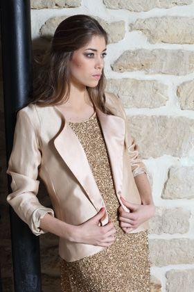 look 30  veste soie rose poudrée revers de col satin de soie    280 €  robe en soie brodée main de sequins et perles or  doublure soie    520 €