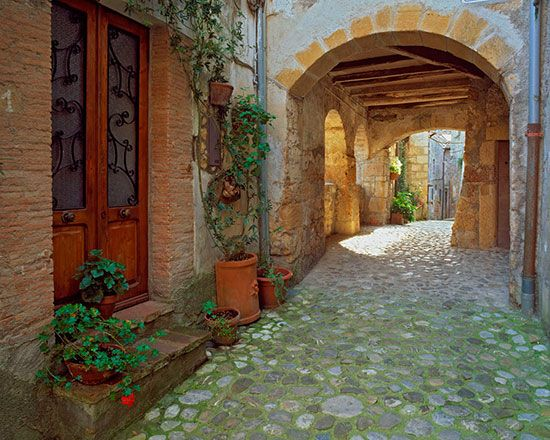 Cobblestone passage tuscany mural terry donnelly for Door wallpaper mural