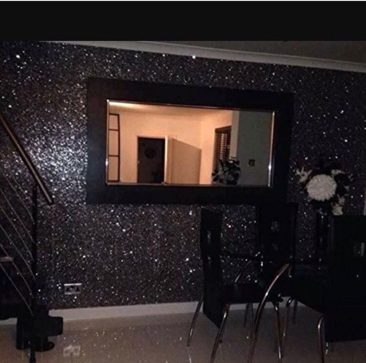 Glitter should be hung the same way as it comes off the roll, if not there will be a shading difference. Apply the wallpaper paste to the wall evenly.