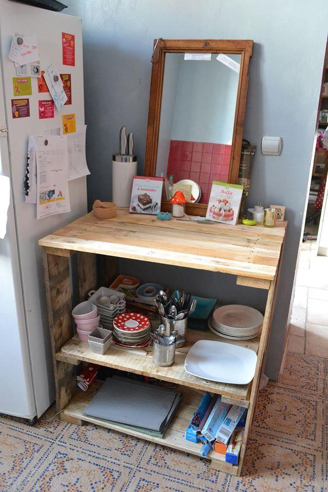 meuble de cuisine rangement et plan de travail deux palettes moyennes n cessaires debout elles. Black Bedroom Furniture Sets. Home Design Ideas