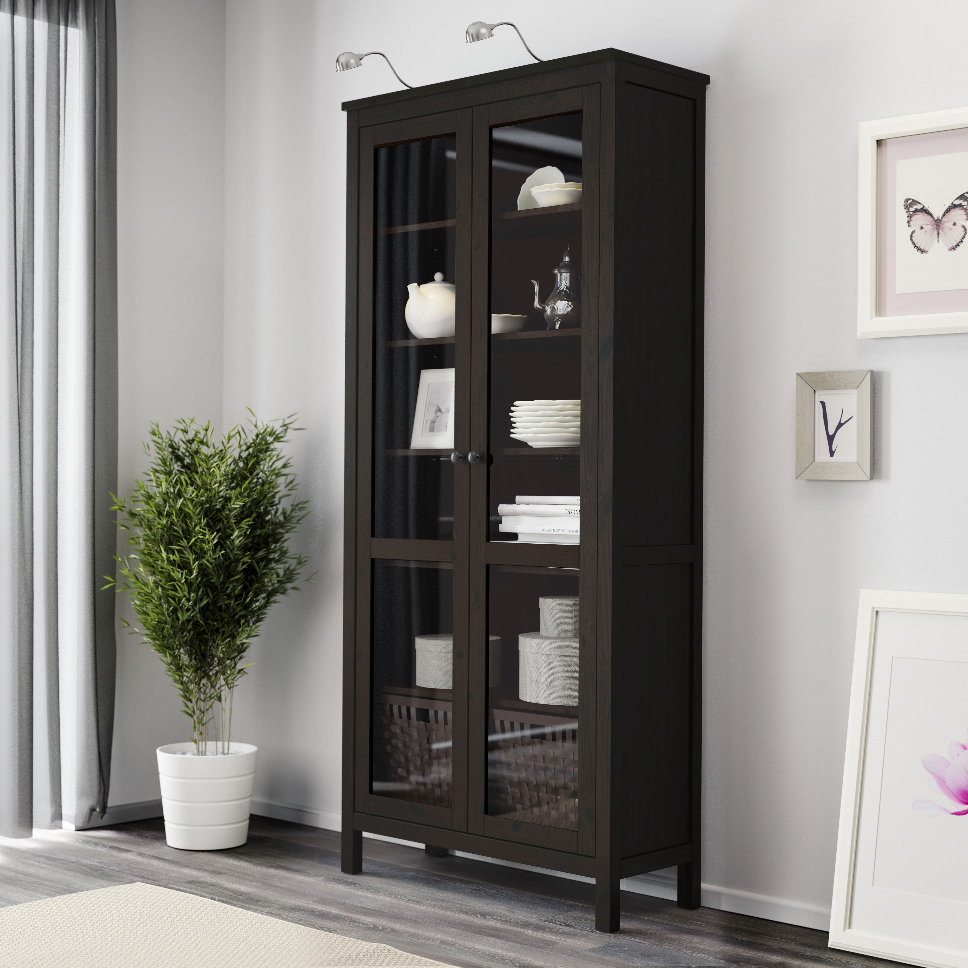 hemnes vitrinekast ikea ikeanl zwartbruin. Black Bedroom Furniture Sets. Home Design Ideas