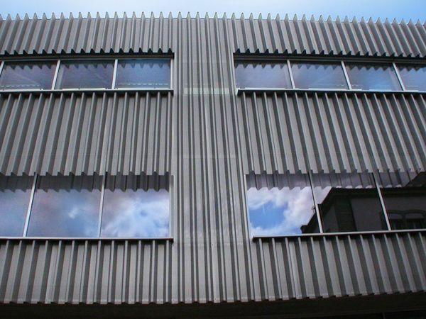 Облицовка профнастилом сейчас считается стильным решением для фасада офисов, жилых зданий.  #профнастил #строительство #монтаж #производство#ОООБазисПрофнастил