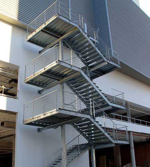Escaleras construidas combinando la seguridad y el dise o for Escaleras de exterior metalicas