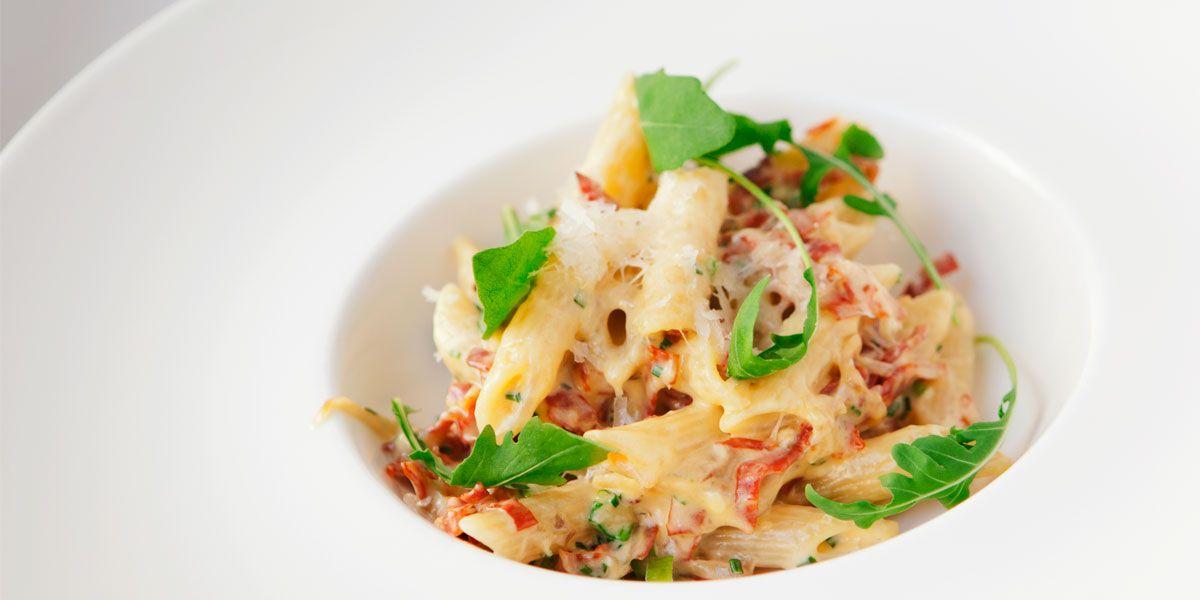 1. Kuullota sipuleita öljyssä pannulla.2. Lisää valkosipulit ja metsäsienet ja paista kunnolla väriä sieniin.3. Lisää makkarasuikaleet, paista niihinkin hieman väriä ja lisää kerma. Kiehauta ja lisää pasta (kuumana ja vastakeitettynä) sekaan ja lisää lopuksi keltuainen ja juusto.4. Pyöräytä ja lisää lopuksi mustapippuri sekä basilika. Tarkista maku ja tarjoile.