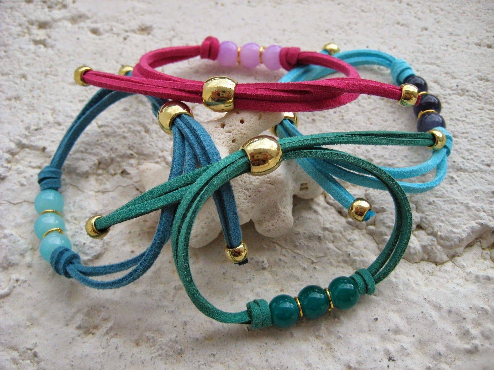 01be2d92d930 Pulsera en cordón de ante con detalle central de cuentas de cristal y  finalización con piezas de zámak doradas. 3 colores