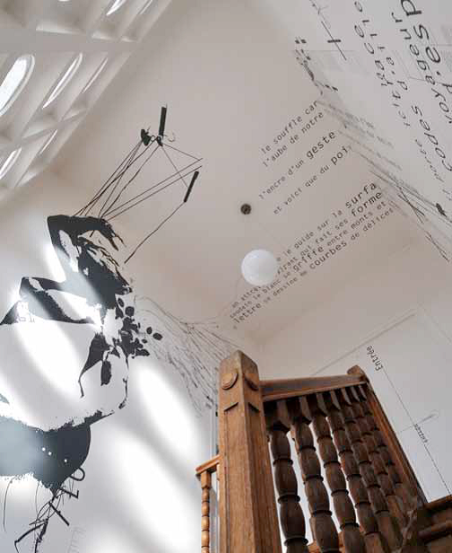 What A Fantastic Idea Text On Both The Ceilling And Wall And Wall Art In A Bright Tall White Stairwell Credit Oeu Idees Murales Deco Murale Stickers Muraux