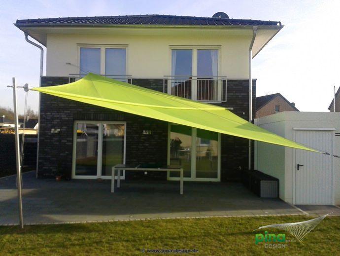 sonnensegel in manuell aufrollbar ber einer terrasse als gro fl chiger regen und. Black Bedroom Furniture Sets. Home Design Ideas