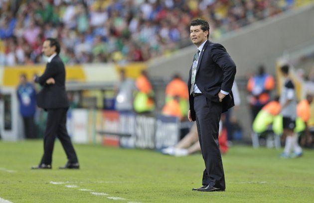 El técnico de México, José Manuel De La Torre, derecha, observa un partido contra Italia en la Copa Confederaciones el domingo, 16 de junio de 2013, en Río de Janeiro, Brasil. (AP Photo/Felipe Dana)