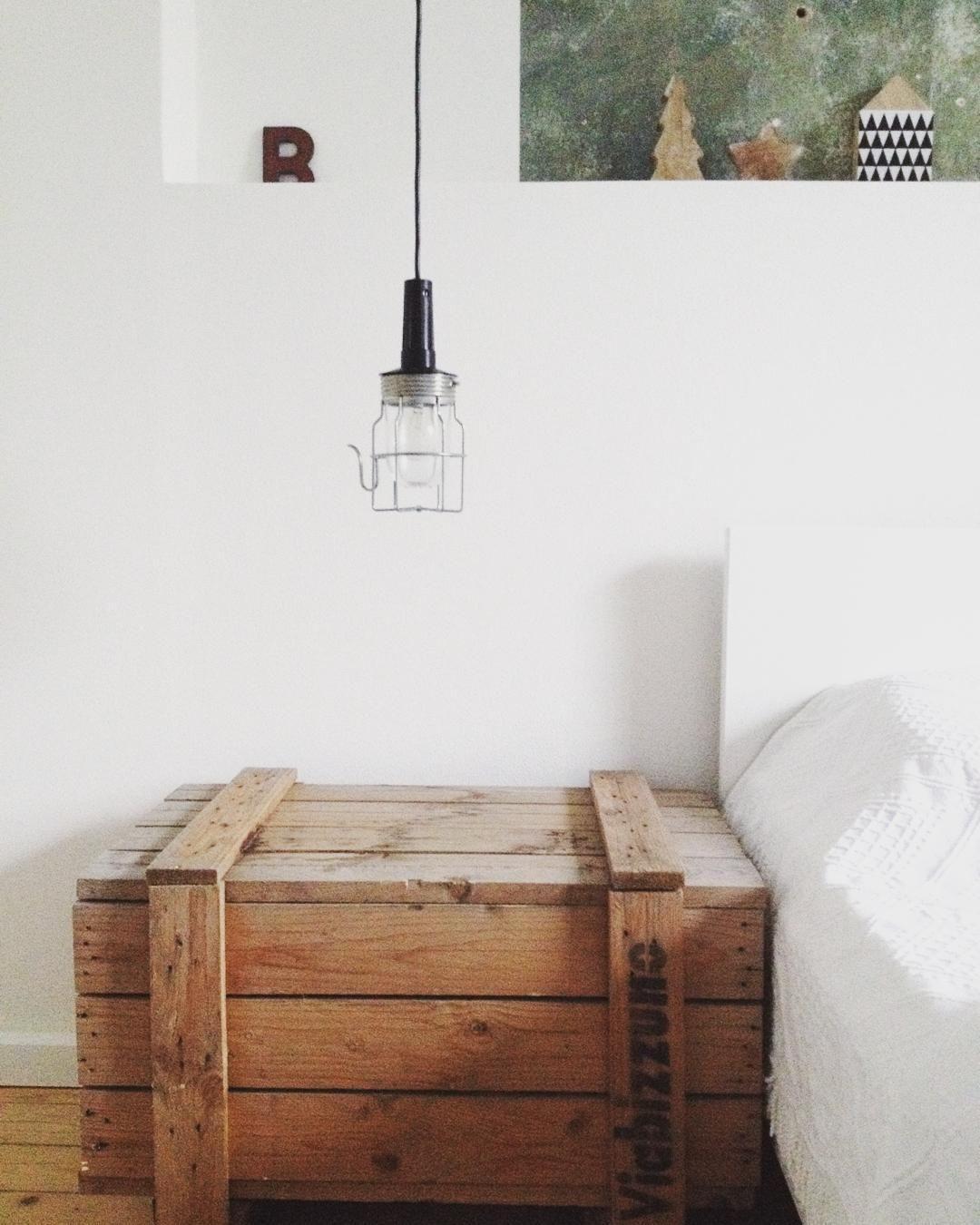 Guten Morgen!  Einen wunderschönen Tag euch allen  (Ich habe erstmals Adventsdeko im Schlafzimmer ob mir das nicht viel zu viel Chichi ist weiß ich auch noch nicht ) #morning #vintage #baulampe #bedroom #instahome #home #scandinaviandesign #scandinavian #weinkisten #weiß #altbau #schwarzweiß #schlafzimmer #goodmorning #letters by livingliebe