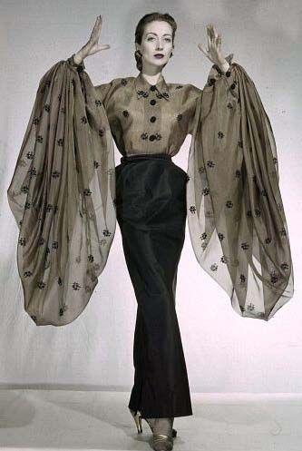 Schiaparelli Blouse Aux Manches Oversize Et Jupe Fourreau Voile Et Satin 1951 Vintage Fashion Vintage Outfits Fashion