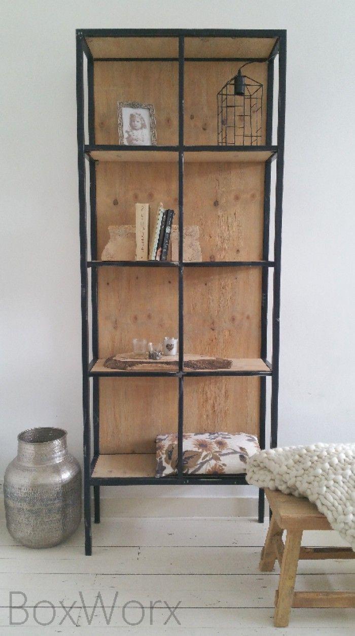 Gave industri le kast van staal en hout door de open zijkanten toont de kast heel ruimtelijk - Boekenkast hout en ijzer ...
