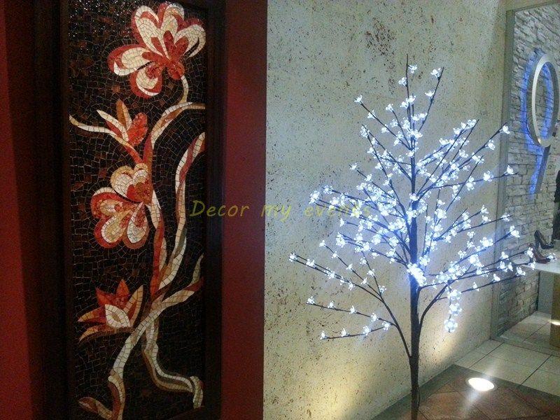 Arbol decorativo con 240 luces led y flor transparente en las puntas