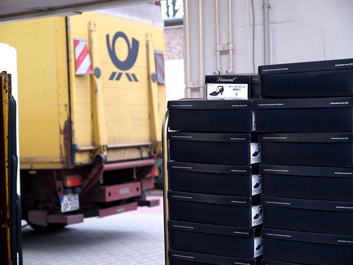 Die Abholung der Ware erfolgt mehrmals täglich, wobei die Deutsche Post für den Versand innerhalb Europas stets zu einem festen Zeitpunkt einmalig pro Tag vorbeikommt.