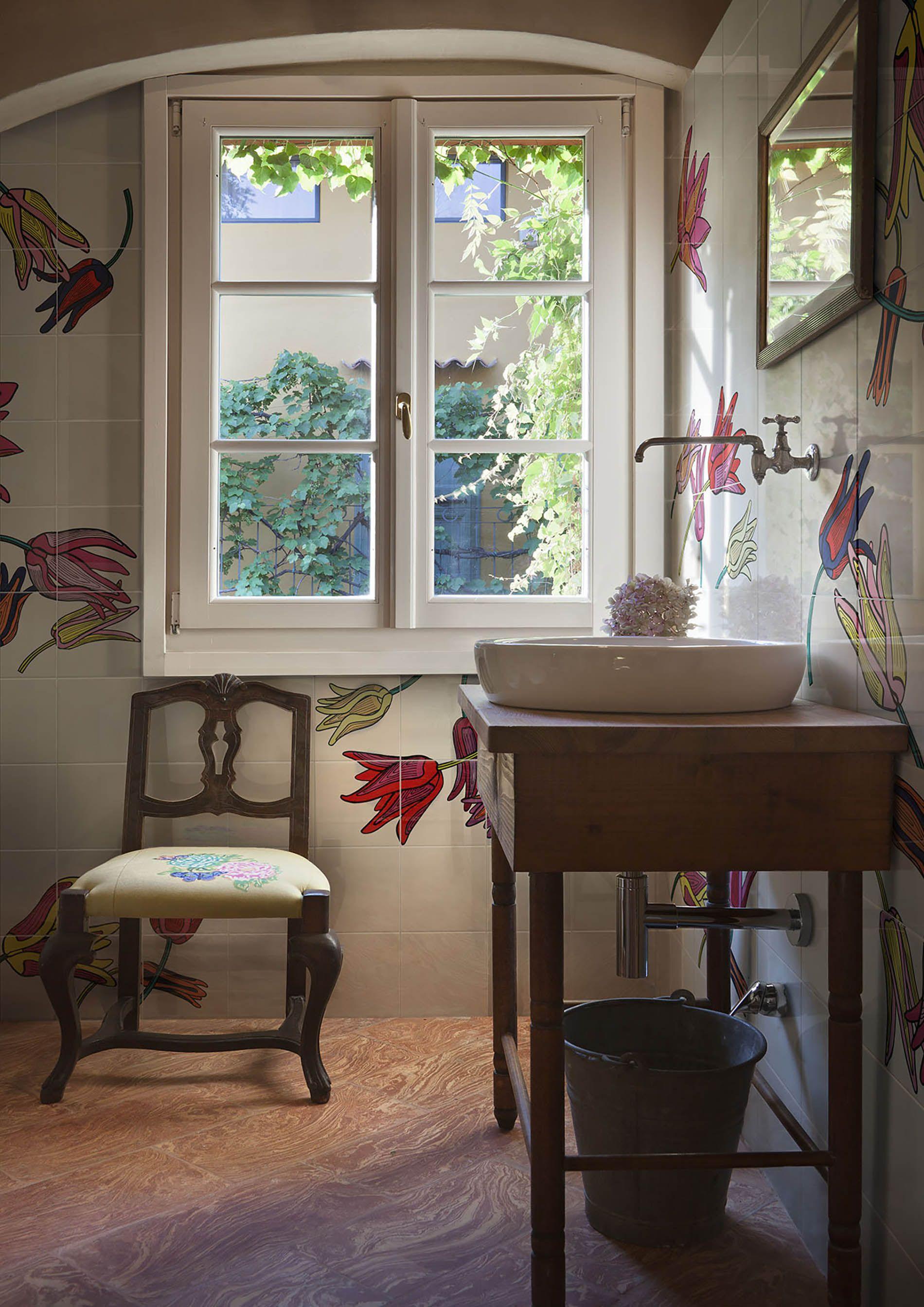 piastrelle con decorazione floreale colorata in stile pop dipinta a ...