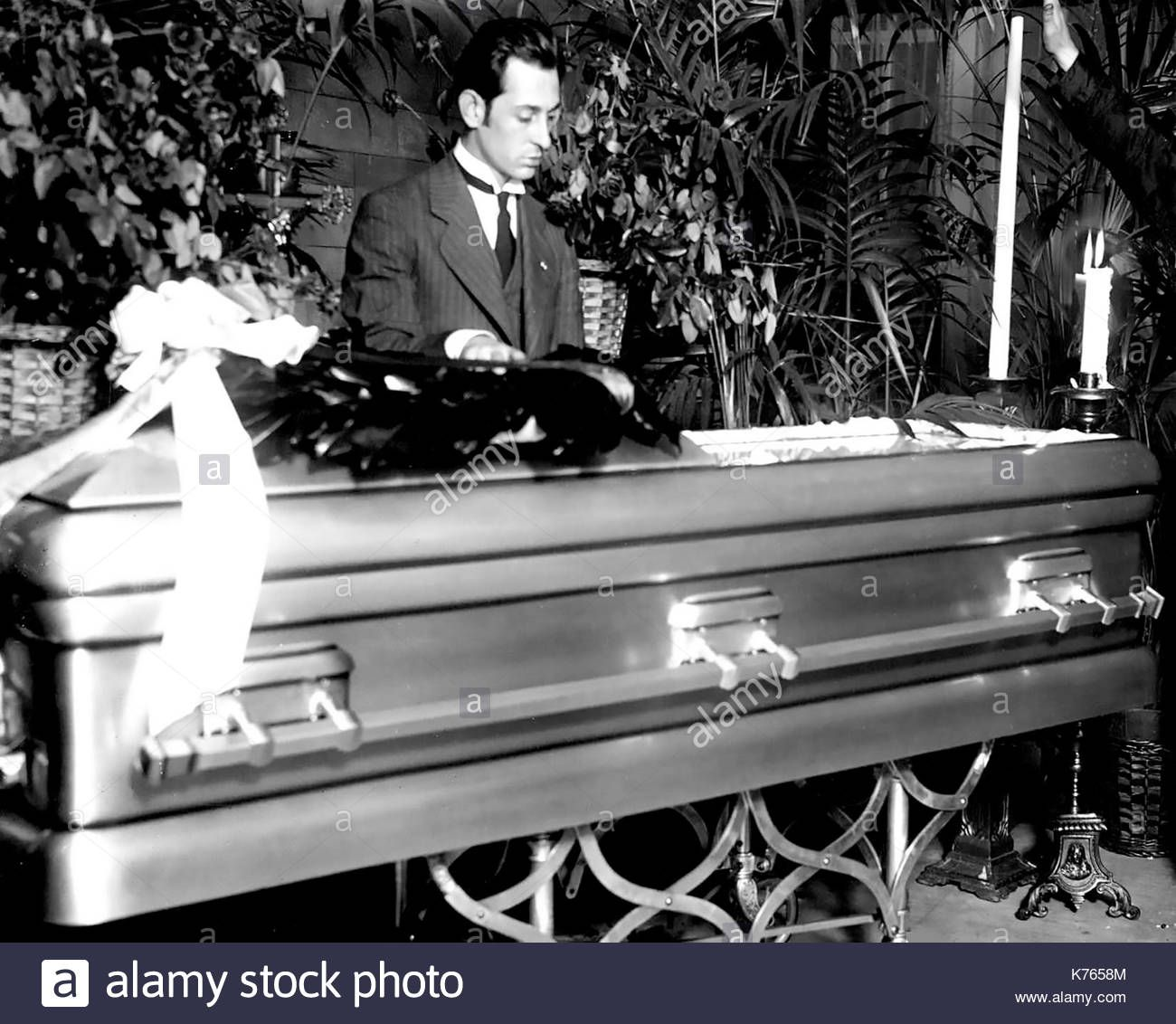 Rudolph Valentino Funeral Frank Campbell Funeral Home New York City August 1926 Via Alamy Stock Photos Rudolph Valentino Funeral Photo