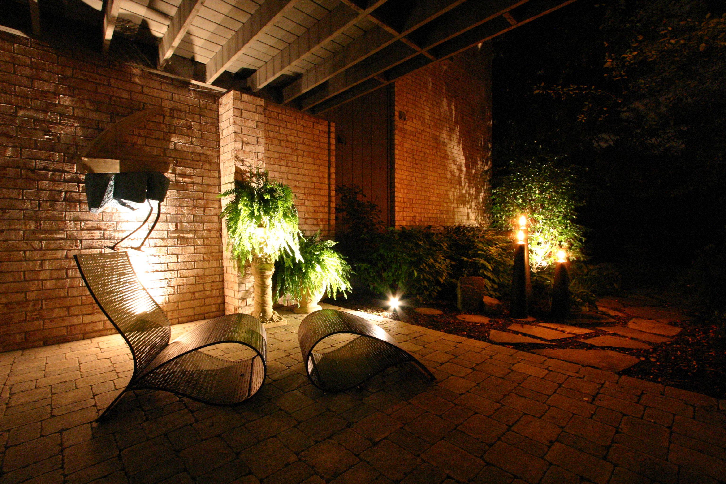 Backyard landscape lighting landscape lighting for Residential exterior lighting design