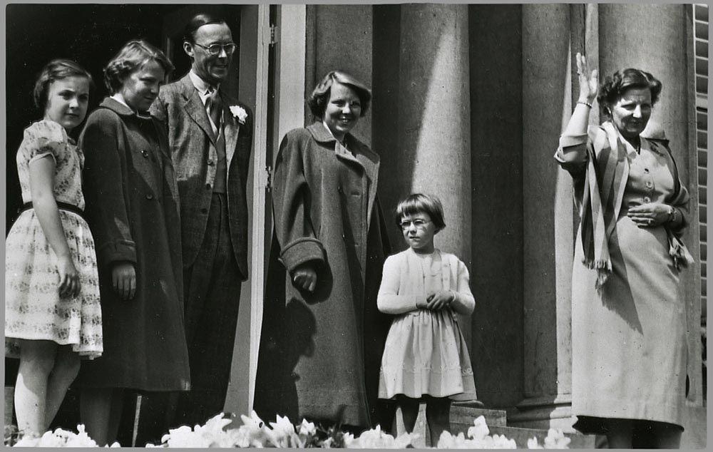De koninklijke familie op het balkon van paleis Soestdijk