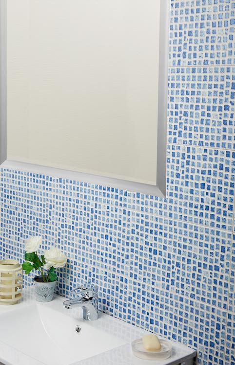 El color azul siempre es un acierto para cualquier ba o for Leroy azulejos bano