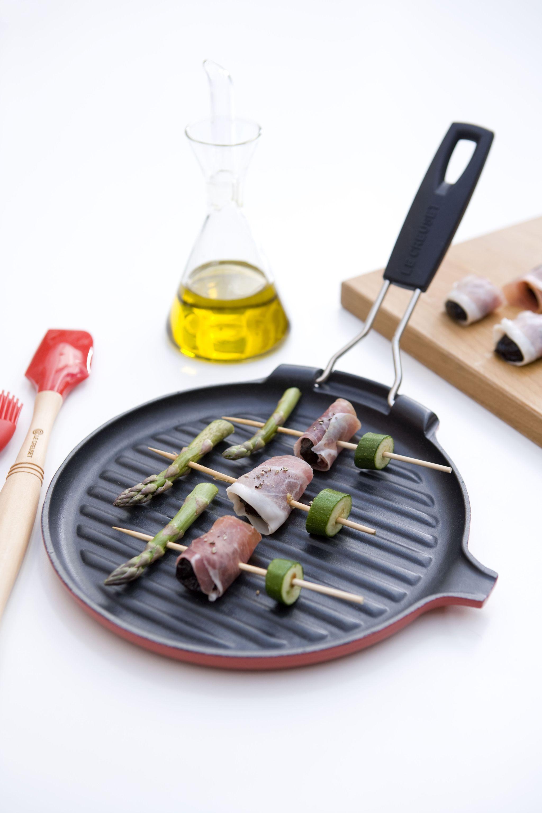 Bistecchiera rotonda in ghisa smaltata colore rosso, Spatola e Pennello PRO in silicone colore rosso @LeCreusetItalia #grill #bistecchiera #red #rosso #ghisa #silicone #food #grigliata