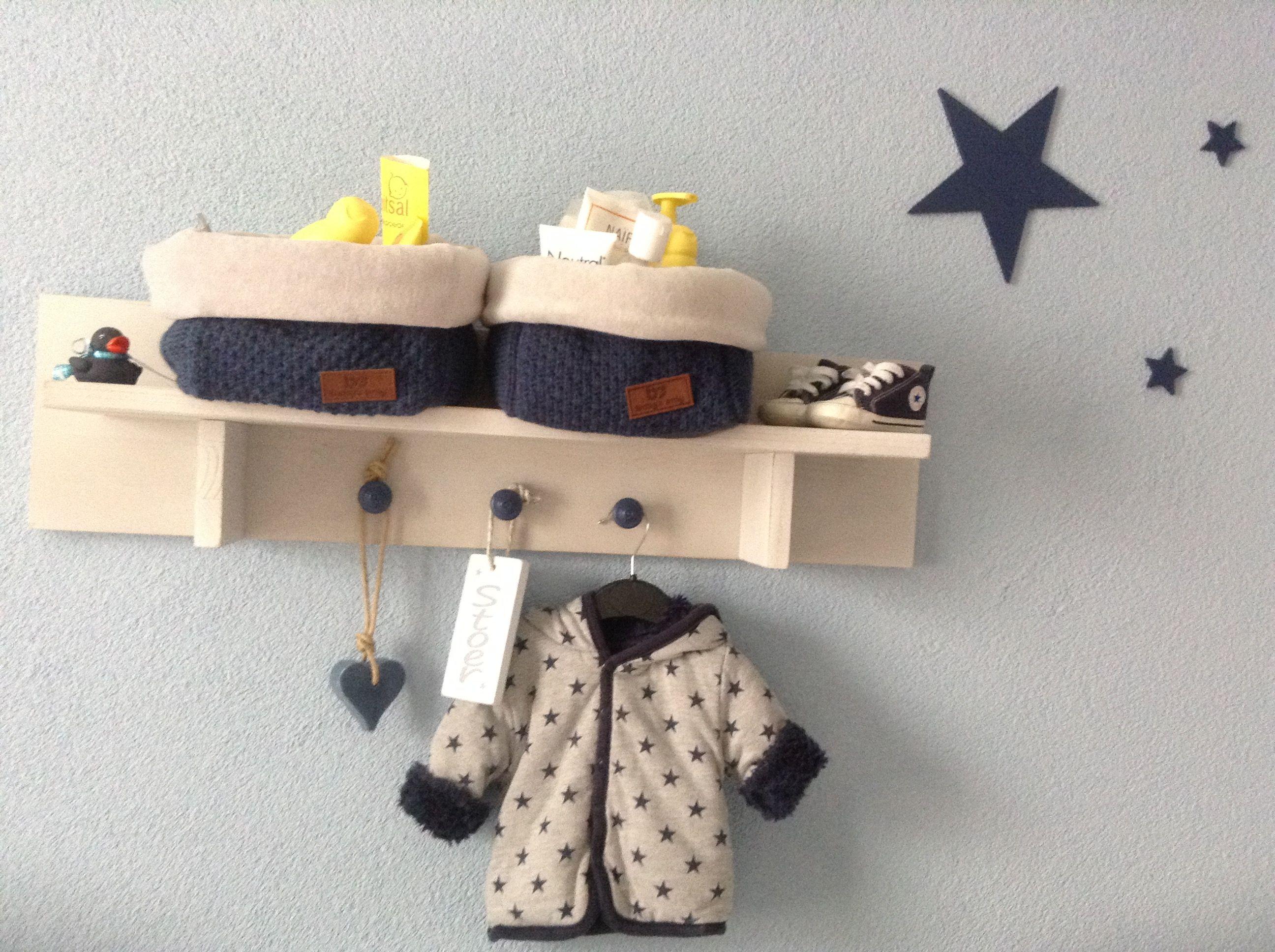 Babykamer  Wandplank van bopita Tim blue wash (knopjes zelf erop gemaakt) Mandjes baby's only jeans  Sterren