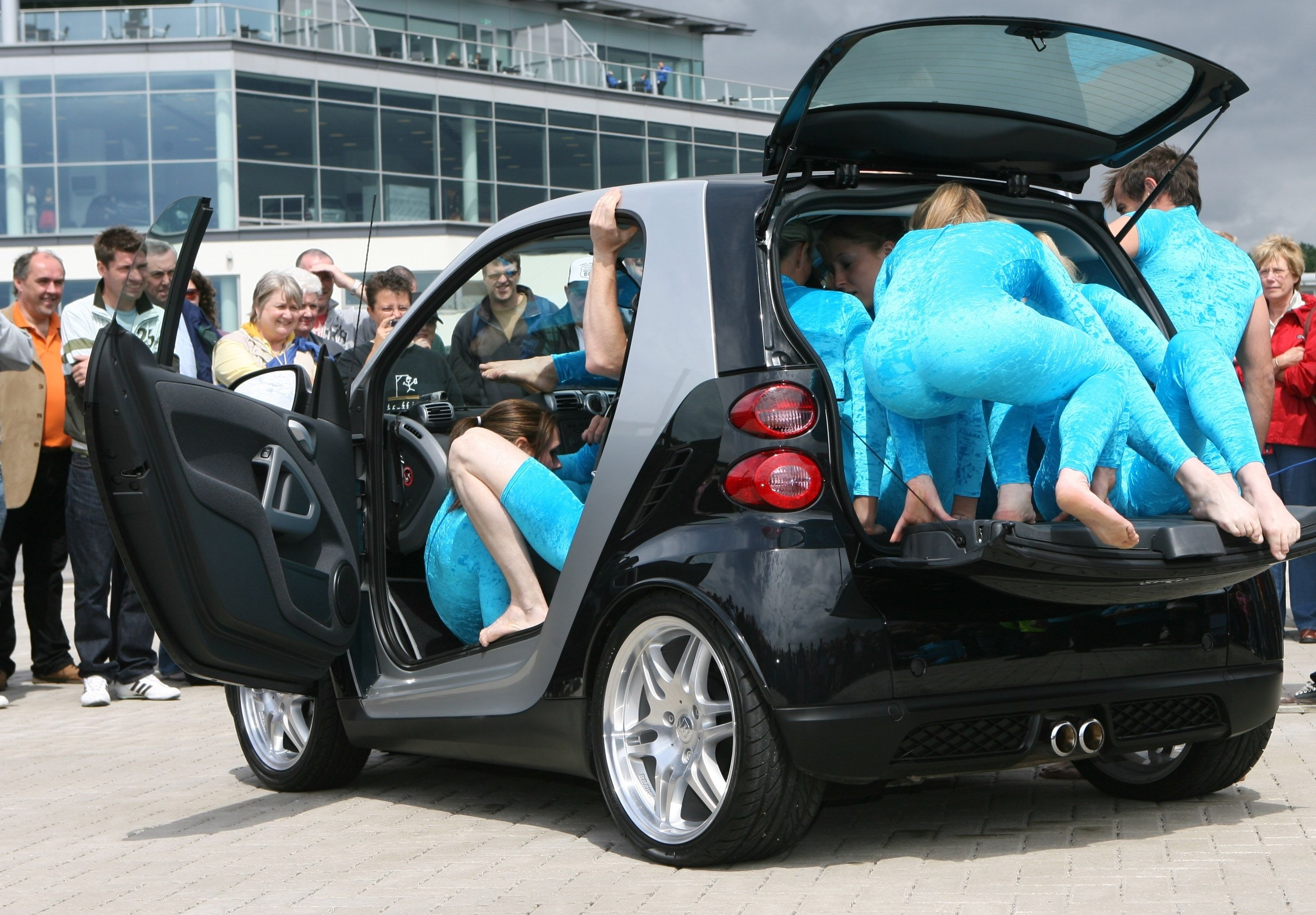Did You Know If Wanted To Could Cram 19 People Inside A Smart Car Then Again Why Would Want Www Jiffyse