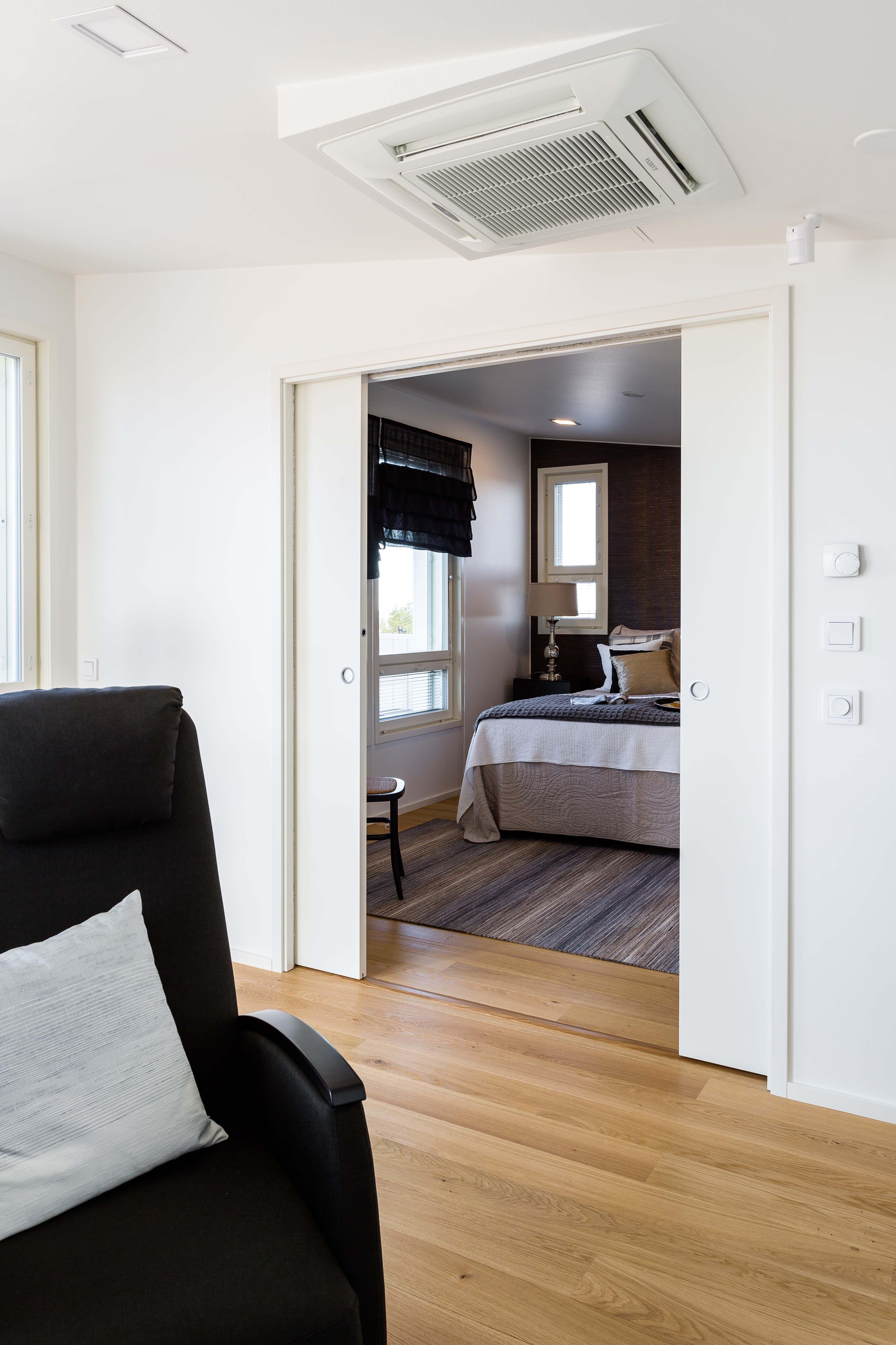 Eclisse Pocket Door yhdistää pariovien ja liukuovien parhaat puolet – lopputulos on modernin tyylikäs, mutta silti äärimmäisen käytännöllinen. Ratkaisun ansiosta päivänvalo virtaa esteettömästi läpi asunnon, mikä tekee sen ilmeestä raikkaan ja valoisan.