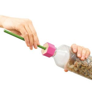 ケズリキャップ : おもしろ鉛筆削り:ペットボトルに六角形のキャップを付けるだけでエンピツ削りに変身!