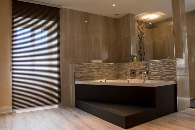 salle de bain moderne avec baignoire et