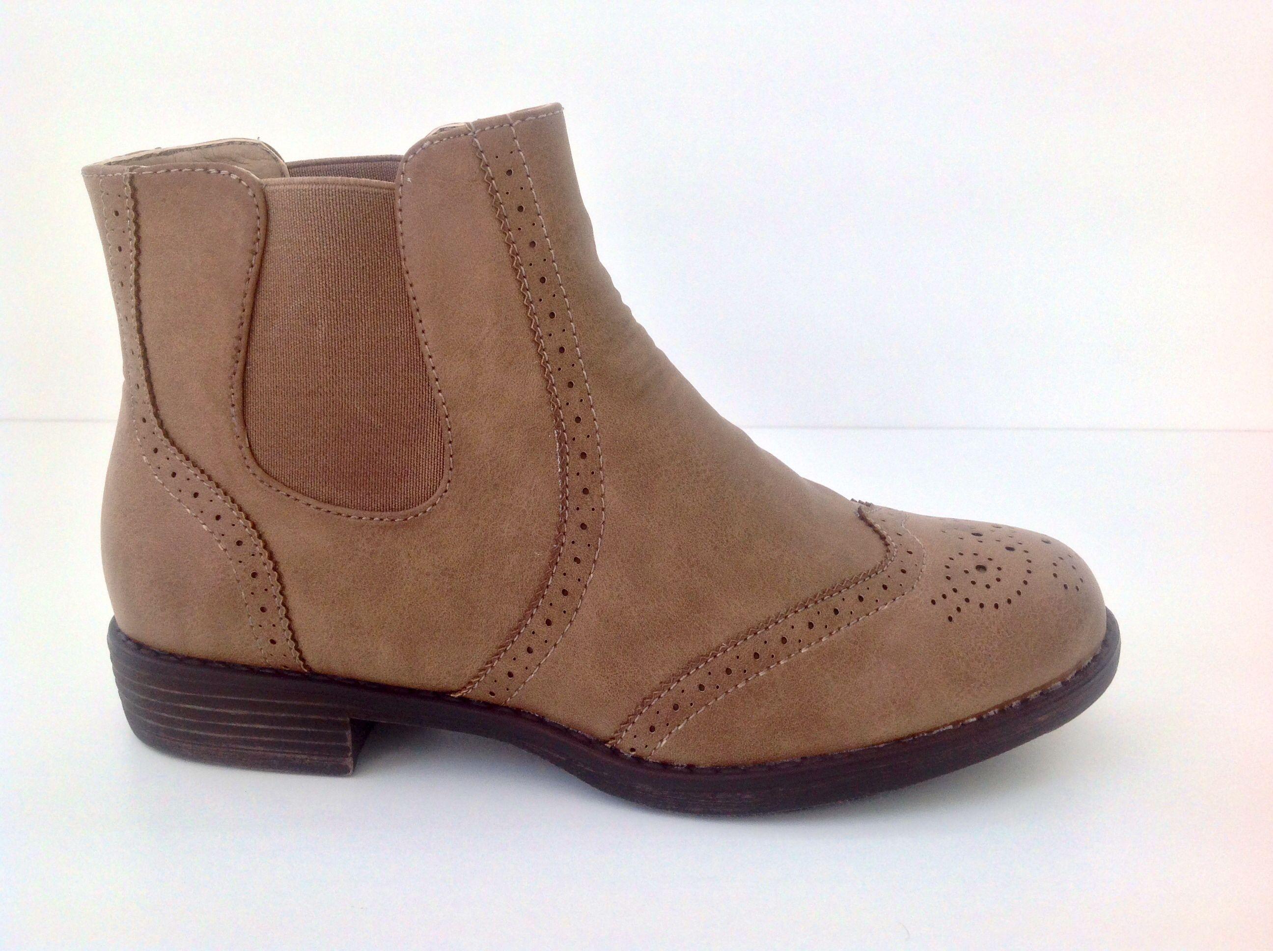 Botín plano marrón claro con gomas en los laterales Precio 26.95€ #otoño #chichas #girls #zapatos #moda #botas #cool #chic #marrón