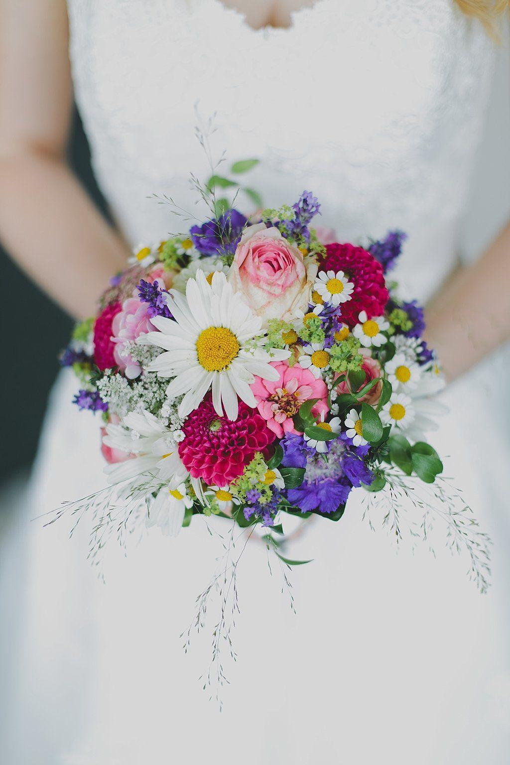 Bunte DIY Sommerhochzeit  Blumen  Brautstrue