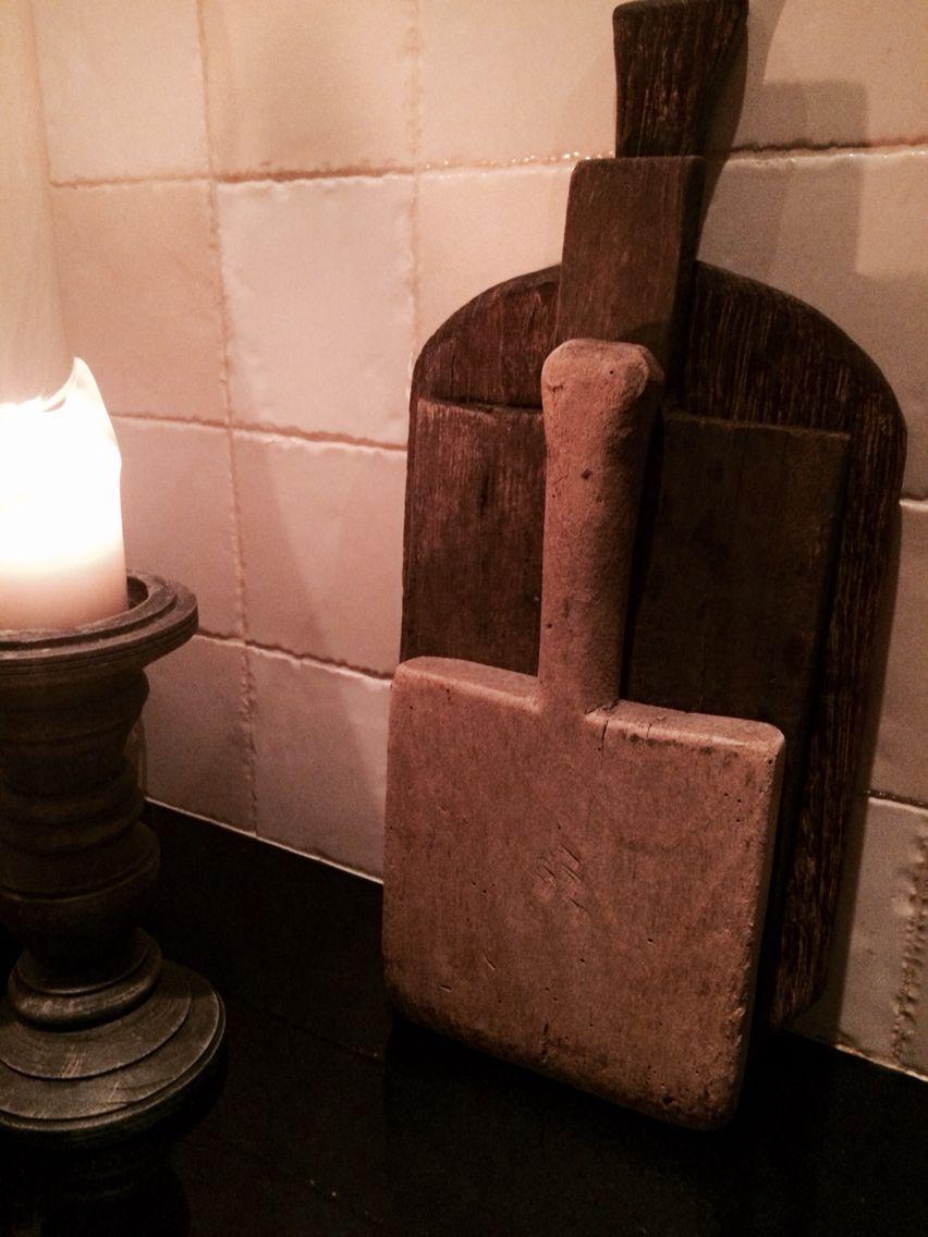 Styling in de keuken; een aantal oude broodplanken bij elkaar.