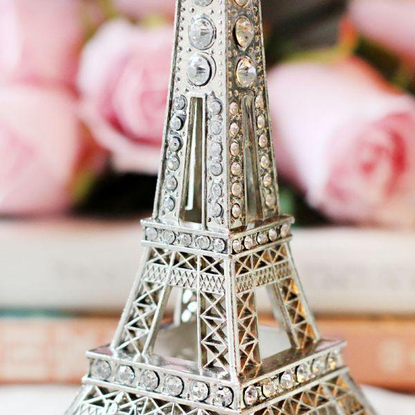 Cartão postal de Paris e um dos monumentos mais visitados pelos turistas que vão à França, a Torre Eiffel inspiração para quadros, filmes, souvenires e livros também se transforma em peça de decoração de ambientes. A torre de 13 cm de al...