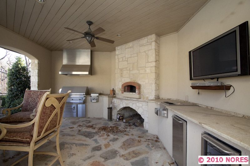 A great outdoor kitchen with grill, deep fryer, wood fired pizza ...
