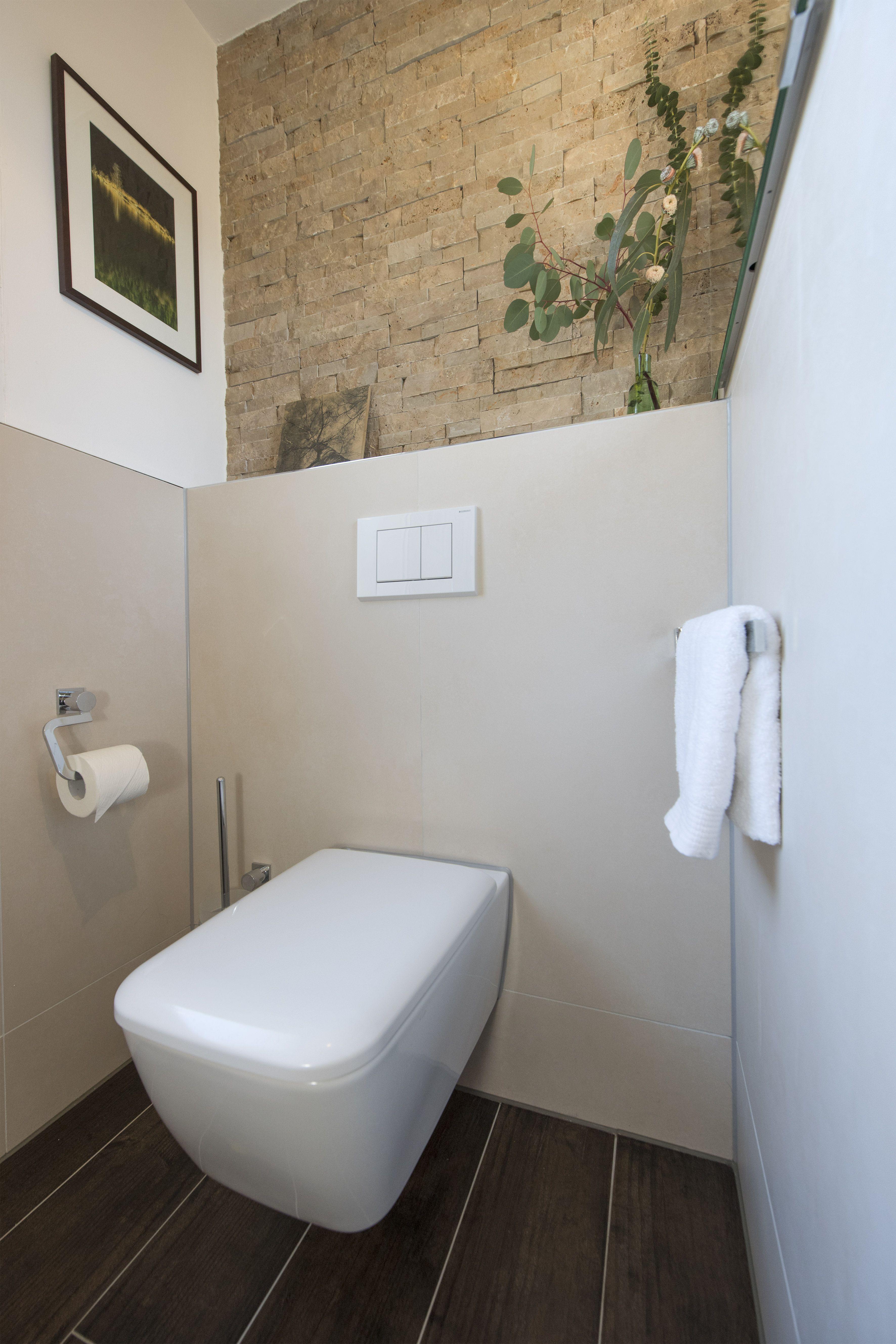 Moderne Toilette Vor Toller Bruchsteinwand Banovo Badsanierung Badrenovierung Bruchsteinwand Stein Sandfa Moderne Toilette Bad Fliesen Ideen Bad Fliesen