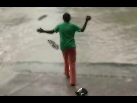El cocodrilo subestimó el poder de LA CHANCLA! - YouTube